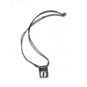 Collier pendentif grigri en cuir brun avec cauris